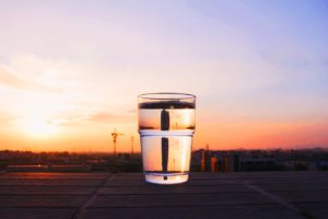 グラスに入った水の画像