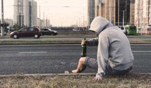 道路でお酒を飲む人の画像