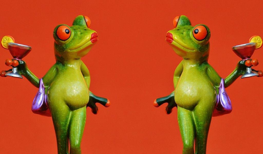 カエルがカクテルグラスを持っている画像