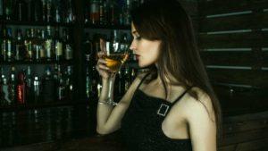 カクテルを飲む女性の画像