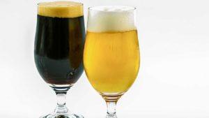 ブラックビールとホワイトビールの画像