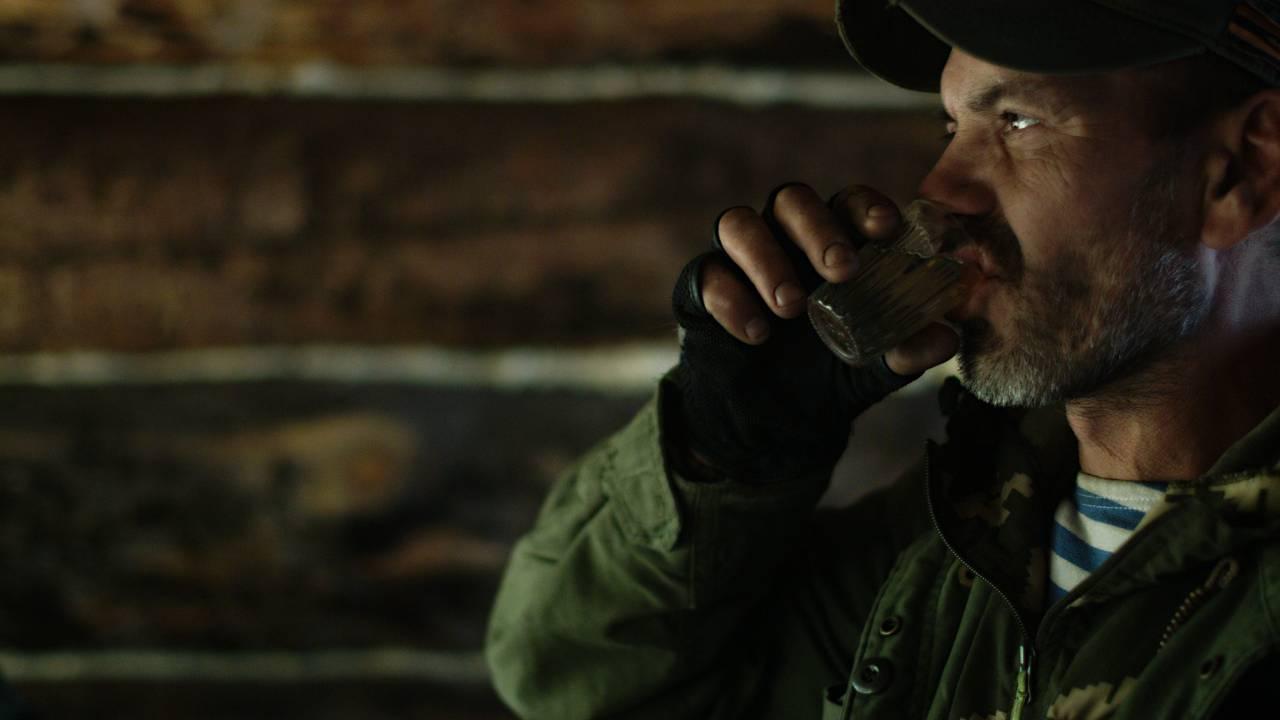 ウォッカを飲む男性の画像