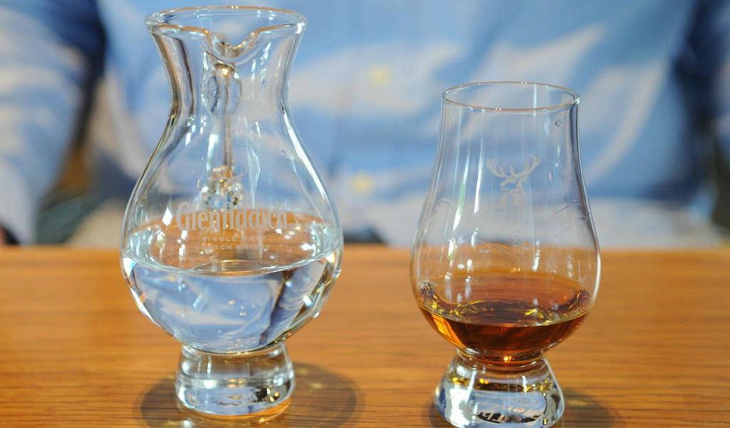 ウイスキーと水の画像