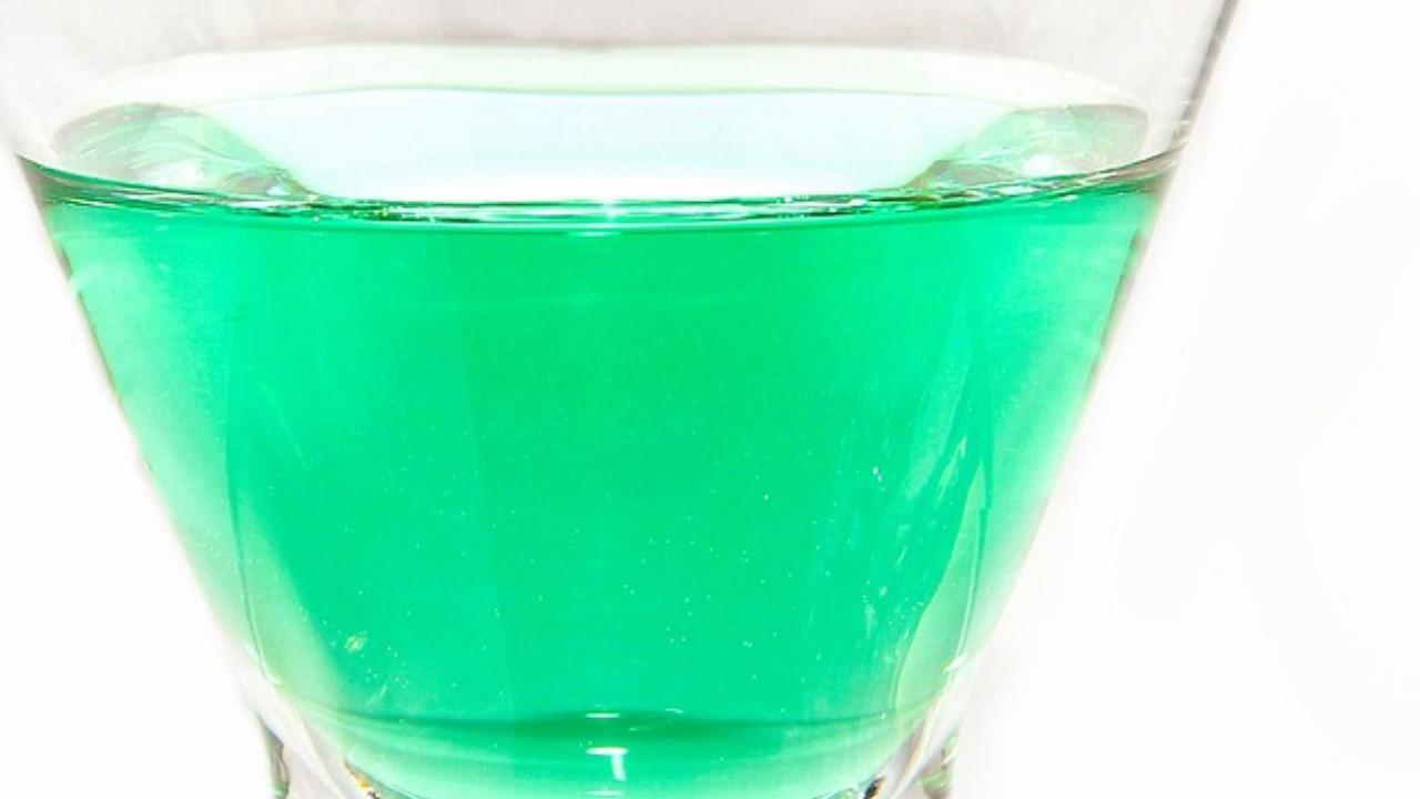 緑色のカクテルの画像