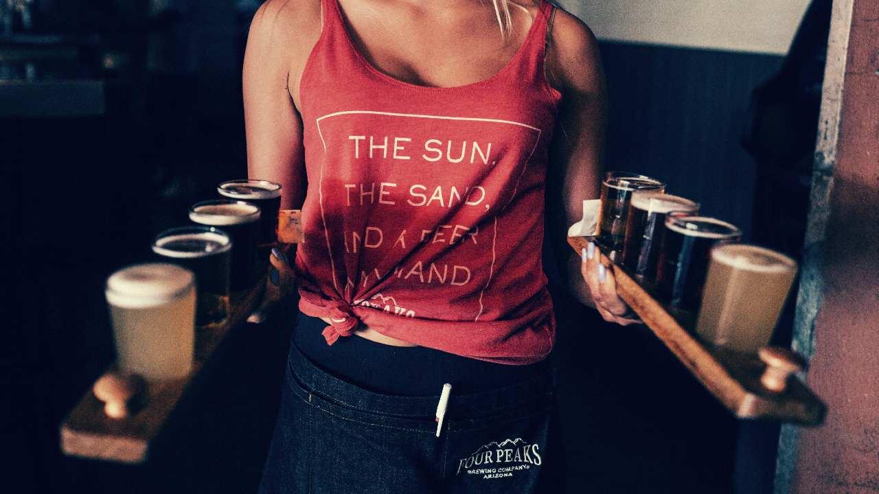 ビールを運ぶ人の画像