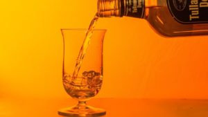 ウイスキーを注ぐ画像