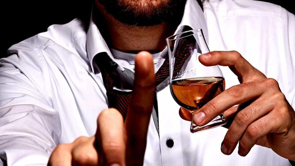 ウイスキーと男の人の画像