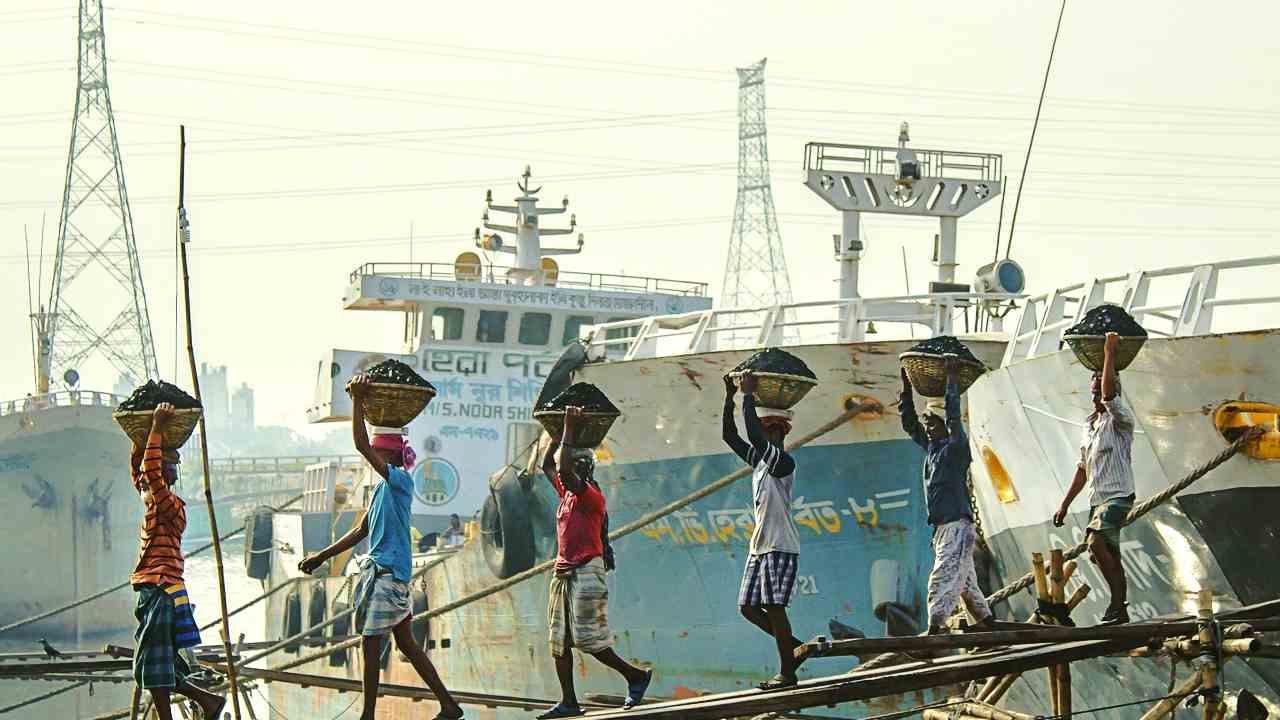 船で働く人の画像