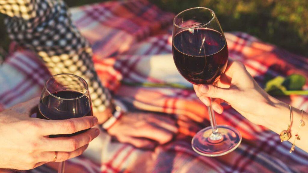 赤ワインを飲んでいる画像