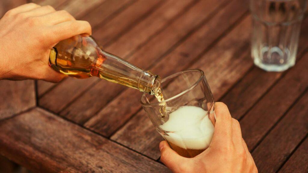 ビールを注いでいる画像