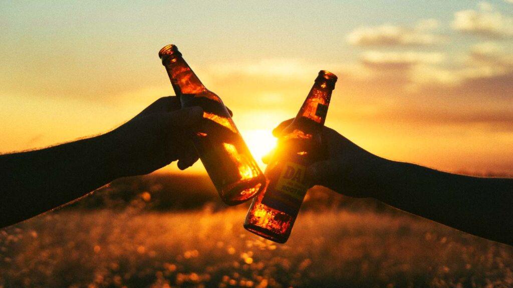 ビールと夕日の画像