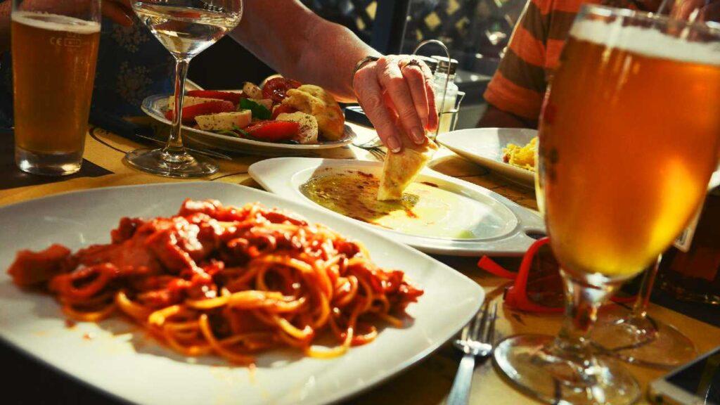 イタリアン料理とビールの画像