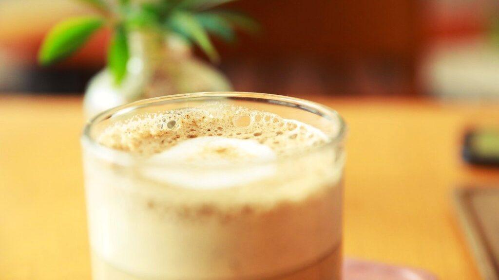 牛乳を使用したカクテルの画像
