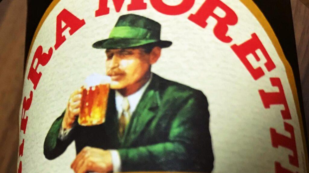 モレッティビールの瓶に描かれている男性の画像